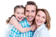 Familj med lilla flickan och nätta vita leenden Arkivfoton