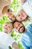 Familj med lyckliga barn tillsammans arkivbild