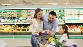 Familj med mat i shoppingvagn på livsmedelsbutiken stock video