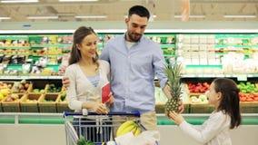 Familj med mat i shoppingvagn på livsmedelsbutiken arkivfilmer