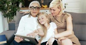 Familj med minnestavlan på soffan arkivfilmer