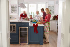 Familj med morföräldrar som förbereder julmål i kök Royaltyfri Fotografi