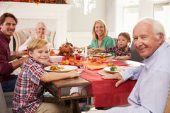Familj med morföräldrar som tycker om tacksägelsemål på tabellen Royaltyfria Foton