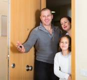 Familj med nyckel- komma Royaltyfri Foto
