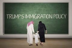 Familj med ord för invandringspolitik för trumf` s Arkivfoton