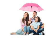 Familj med paraplyet royaltyfria foton