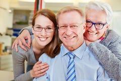Familj med pensionärer på optiker royaltyfria bilder