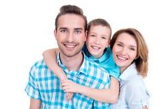 Familj med pysen och nätta vita leenden Royaltyfria Bilder