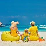 Familj med ?rig pojke tre p? stranden fotografering för bildbyråer