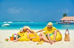 Familj med ?rig pojke tre p? stranden royaltyfria foton