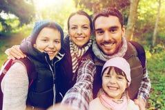 Familj med ryggsäckar som tar selfie och att fotvandra Royaltyfria Foton