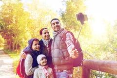 Familj med ryggsäckar som tar selfie och att fotvandra Royaltyfri Fotografi