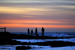 Familj med solnedgångbakgrund Royaltyfria Bilder