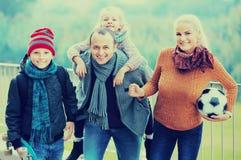 Familj med sonen och dottern royaltyfri foto