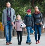 Familj med sonen och dottern royaltyfria bilder