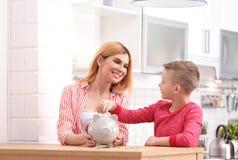 Familj med spargrisen och pengar arkivfoton