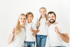 Familj med tandborstar Arkivfoton