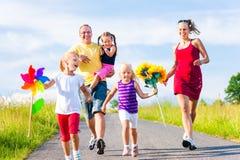 Familj med tre ungar fotografering för bildbyråer