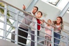 Familj med två barn i flygplatsterminalen royaltyfria bilder