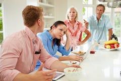 Familj med vuxna barn som har argument på frukosten Arkivbild