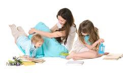 Familj: moder, dotter och son royaltyfri foto