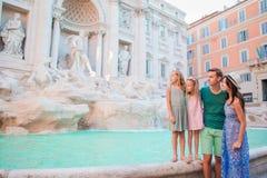 Familj nära Fontana di Trevi, Rome, Italien Lyckliga föräldrar och ungar tycker om italiensk semesterferie i Europa Arkivbilder