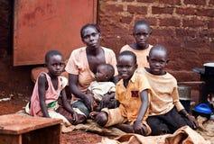 Familj nära Jinja i Uganda royaltyfri fotografi