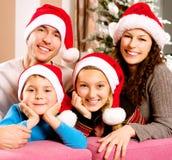Familj nära julgranen Royaltyfri Fotografi