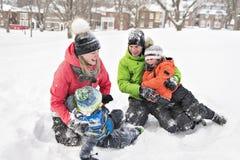 Familj och barn som spenderar tid som är utomhus- i vinter royaltyfri foto