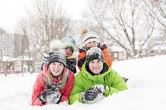Familj och barn som spenderar tid som är utomhus- i vinter royaltyfria foton