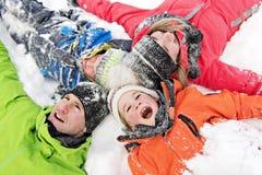 Familj och barn som spenderar tid som är utomhus- i vinter royaltyfri bild