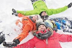 Familj och barn som spenderar tid som är utomhus- i vinter fotografering för bildbyråer
