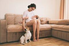 Familj och hund Fotografering för Bildbyråer