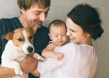 Familj och hund Royaltyfri Foto