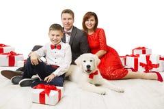 Familj och hund med den närvarande gåvaasken, fader Mother Child Pet royaltyfri foto
