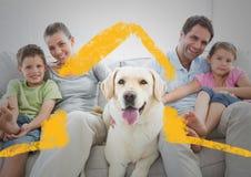 Familj- och hundsammanträde på en soffa hemma mot husöversikt i bakgrund royaltyfri foto