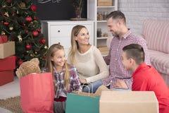 Familj och julgåvor royaltyfri foto