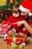 Familj och julgran Fotografering för Bildbyråer