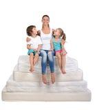Familj och många madrasser Arkivbilder