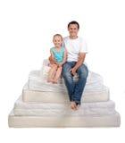 Familj och många madrasser Arkivfoto