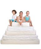 Familj och många madrasser Royaltyfri Bild