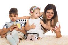 Familj och modernt teknologibegrepp royaltyfria foton