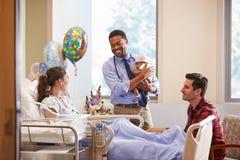 Familj och stolpe Natal Department för doktor With Baby In arkivbild