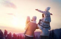 Familj och vintersäsong arkivbild