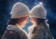 Familj och vintersäsong fotografering för bildbyråer