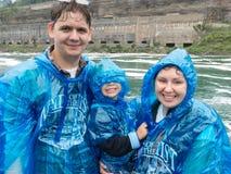 Familj ombord av ett excursiontfartyg till Niagara Falls Arkivfoto