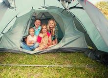 Familj på att campa Royaltyfri Bild