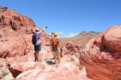 Familj på att fotvandra tur i berg Arkivfoto