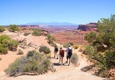 Familj på att fotvandra tur i bergen Arkivbild