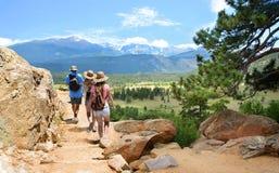Familj på att fotvandra tur i Colorado berg royaltyfri fotografi
